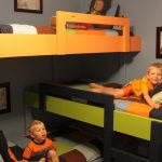 Компактная кровать в три яруса для детей