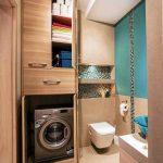 Коричневый шкаф в ванной для хранения