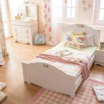 Красивая нежная спальня с удобной кроватью для девочки подростка
