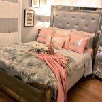 Красивая кровать с мягкой спинкой