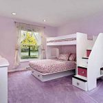 Красивая кровать в два этажа в интерьере спальни