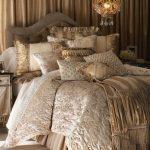 Красивое мягкое изголовье необычной формы для большой кровати