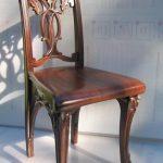 Красивый стул с резной спинкой