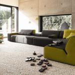 Красивый угловой диван для просторной комнаты
