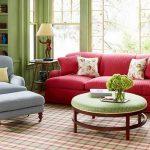 Красный диван и голубое кресло