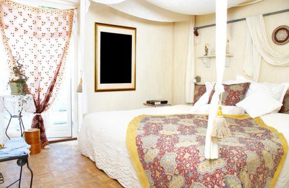 Креативная спальня с белой мебелью и необычным декором