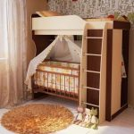 Кровать в два яруса для большого ребенка и грудничка
