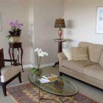 Мебель по фен-шуй в гостиной полукругом, вокруг овального столика