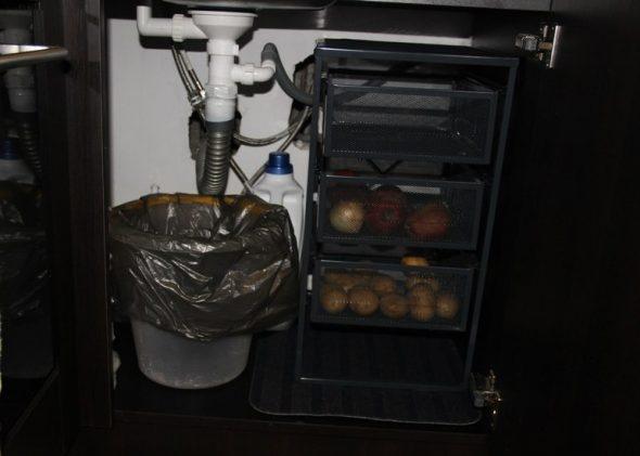 Место для хранения овощей в стеллаже под мойкой