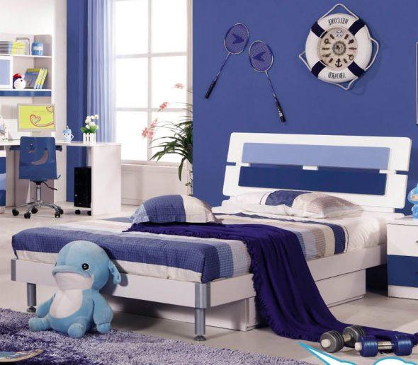 Кровать в бело-голубых тонах