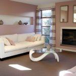 Мягкий белый диван в гостиной в нейтральных тонах