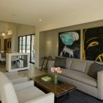 Нейтральная мягкая мебель в ярком интерьере