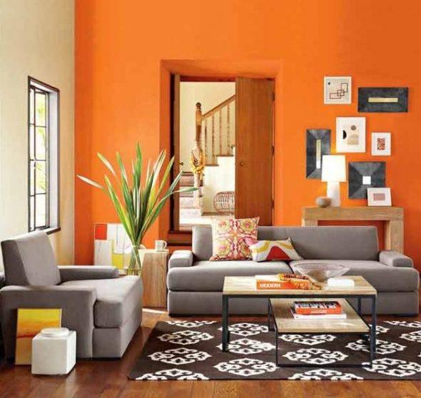 Нейтральный диван в цветном интерьере