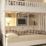 Необычная двухъярусная кровать в комнате подростков