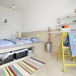 Необычная спальня с кроватью-подиум