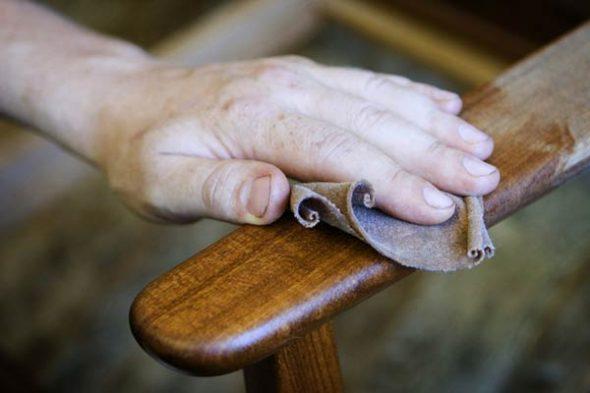Обновление старой полировки на кресле