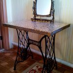 Оригинальный столик с зеркало, переделанный из машинки