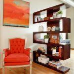 Перегородка в виде полок с книгами и приятными мелочами