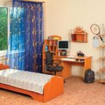 Подростковая спальня с кроватью у окна