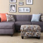 Серый диван к бежевым стенам