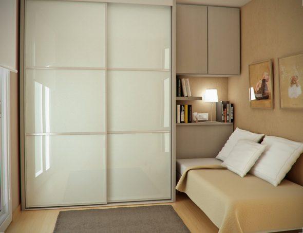 Шкаф-купе с пластиковыми элементами в интерьере небольшой спальни