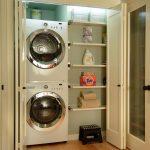 Шкаф с встроенными стиральной и сушильной машинками и полками