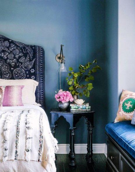 Кровать с мягким синим изголовьем
