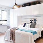 Скандинавский стиль приветствует использование ярких акцентов в оформлении спальни