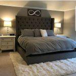 Современная спальня с мягкой кроватью и шикарным мягким ковриком