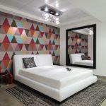 Спальня модерн с ярким акцентом на стену у изголовья кровати