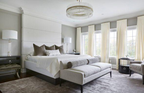 Стильная спальня с мягким изголовьем до потолка