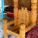Стул из ольхи выполненный в средневековом стиле