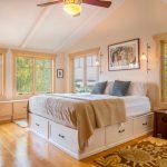 Светлая уютная спальня с кроватью-подиум посредине