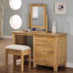 Туалетный столик из дерева с зеркалом
