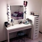 Туалетный столик с зеркалом и высокой тумбой