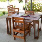 Удобный гарнитур из стола и стульев из паллет