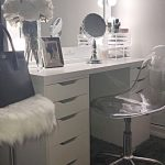 Удобный столик для макияжа с зеркалом
