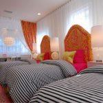 Уютная обустроенная спальня для трех девочек