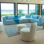 Уютный диванчик и кресла для комнаты с панорамными окнами