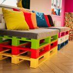 Яркая мебель из поддонов