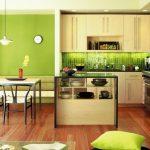 Зеленая кухня с дополнительным освещением