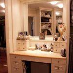 Зеркало, встроенной в шкаф с подсветкой