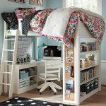 Белая деревянная двухъярусная кровать с рабочим столом