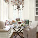Белая кухня с красивым текстилем