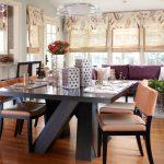 Большой обеденный стол, отделяющий гостиную от рабочей зоны