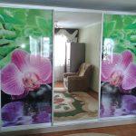 Большой шкаф на всю стену с орхидеями
