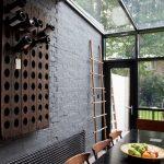 Бутылки на деревянной полке в стене