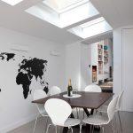 Черно-белая карта мира у обеденного стола