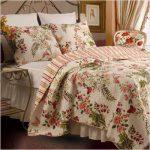 Цветочный текстиль в интерьере спальни
