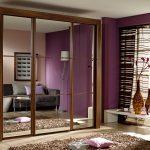 Деревянный шкаф с тремя зеркальными дверями